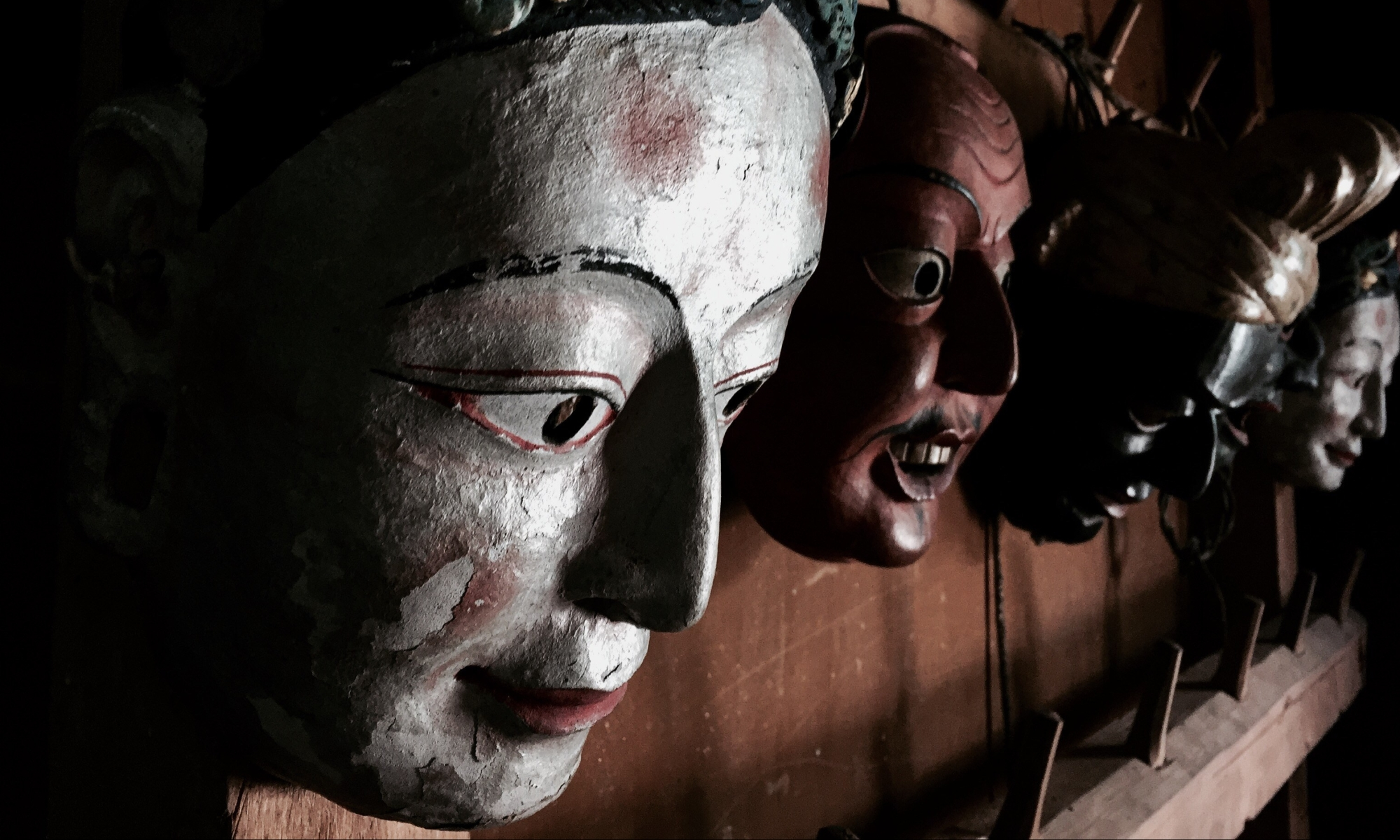traditionelle masken im museum in ugyen choeling, bumthang, bhutan
